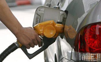 RUN02 BANGKOK (TAILANDIA) 29/10/07 : Un trabajador llena el tanque de un coche en una gasolinera de Bangkok, Tailandia, hoy lunes 29 de octubre. Se prevé que la economiá tailandesa se ralentice a causa del fuerte incremento del precio del crudo que hoy alcanzó los 93 dólares en los mercados asiáticos, ante la creciente inestabilidad política en Oriente Medio. EFE/Rungroj Yongrit